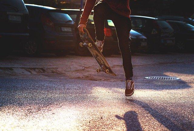 Άνδρας εκτόξευσε skateboard στο κεφάλι αστυνομικού