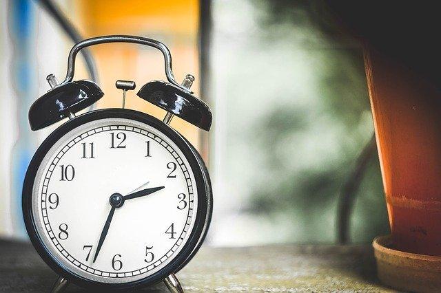 Θερινή ώρα 2021: Πότε και γιατί γυρνάμε τους δείκτες των ρολογιών μας